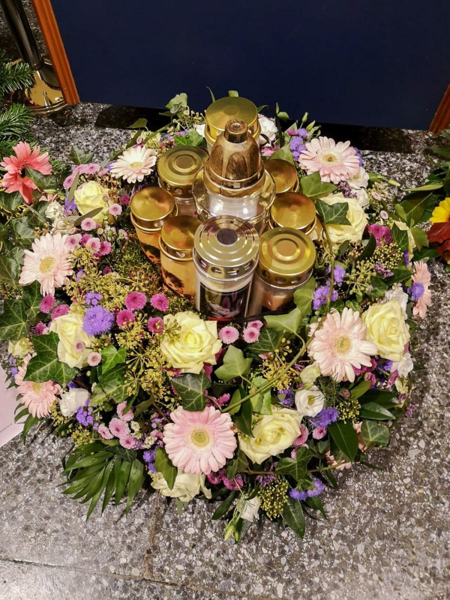 blumen-gaby-strohmeier-graz-Trauerfloristik-kerzengestecke-2